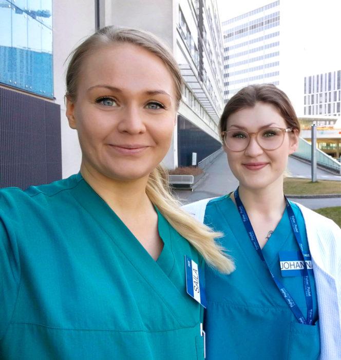 Tehokaksikko. Sairaanhoitajat Saila Strand (vas.) ja Johanna Ellonen tekivät poikkeustöitä Meilahden teho-osastolla.