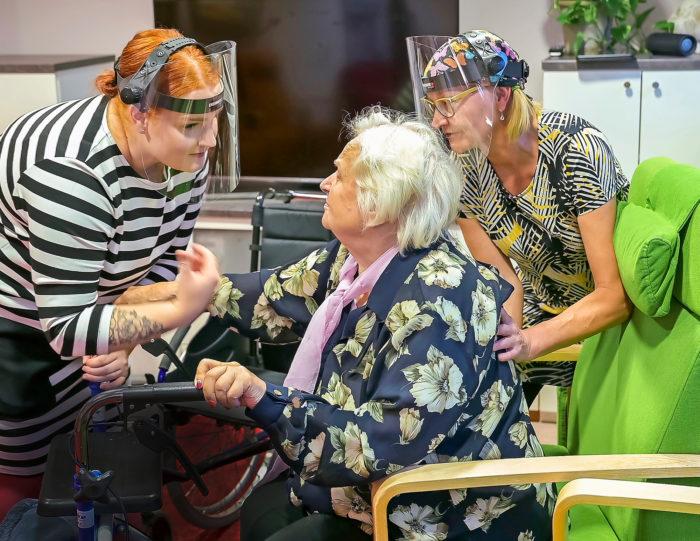 Kahden kesken. Kun sairaanhoitajaopiskelija Roosa Voittomäki kannustaa Raijaa nousemaan  tuolista, Teija Riipinen on hiljaa  ja tukee taustalla.