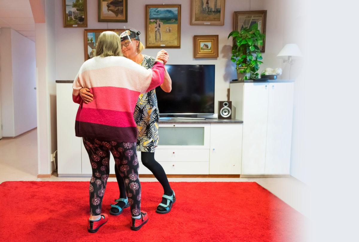 Jalalla koreasti.  Helmi rakastaa tanssimista. Sairaanhoitaja Teija Riipinen vie häntä keinuvaan valssiin.