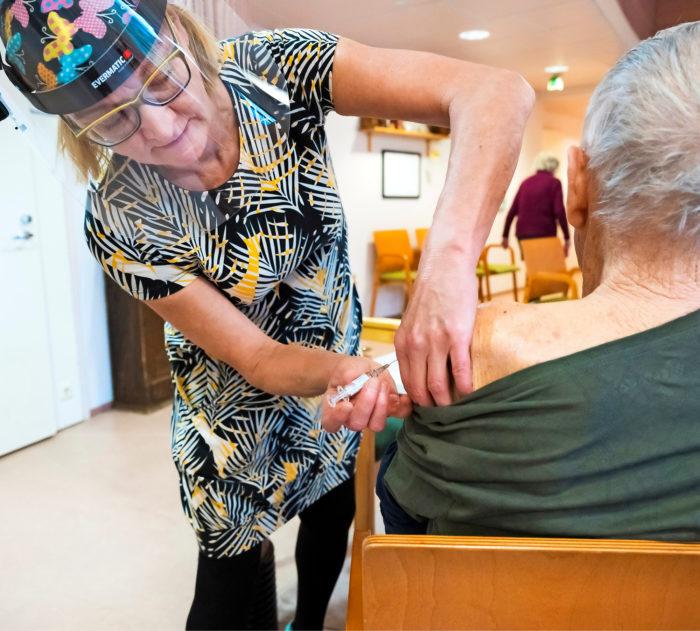 Influenssarokote Rainerille. Teija  Riipinen vastaa  sairaanhoidosta Tupahoivassa.