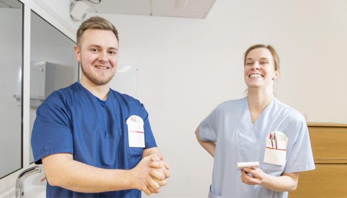 Opeta oikein.  Sairaanhoitajaopiskelijat Pasi Honka ja Raija Myllynen uskovat henkilöstön esimerkin vaikuttavan opiskelijoiden oppimiseen.